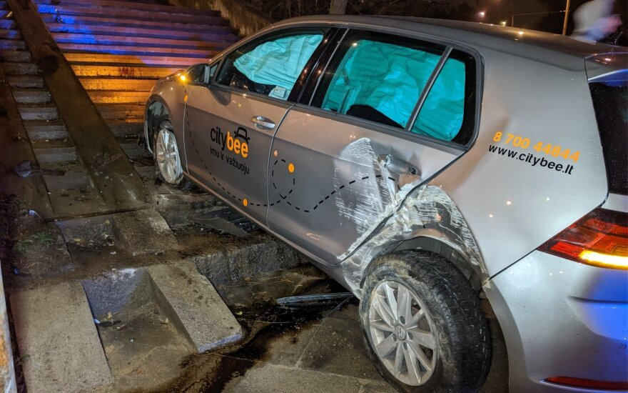 Нетрезвый гражданин Турции на автомобиле CityBee пытался заехать на лестницу