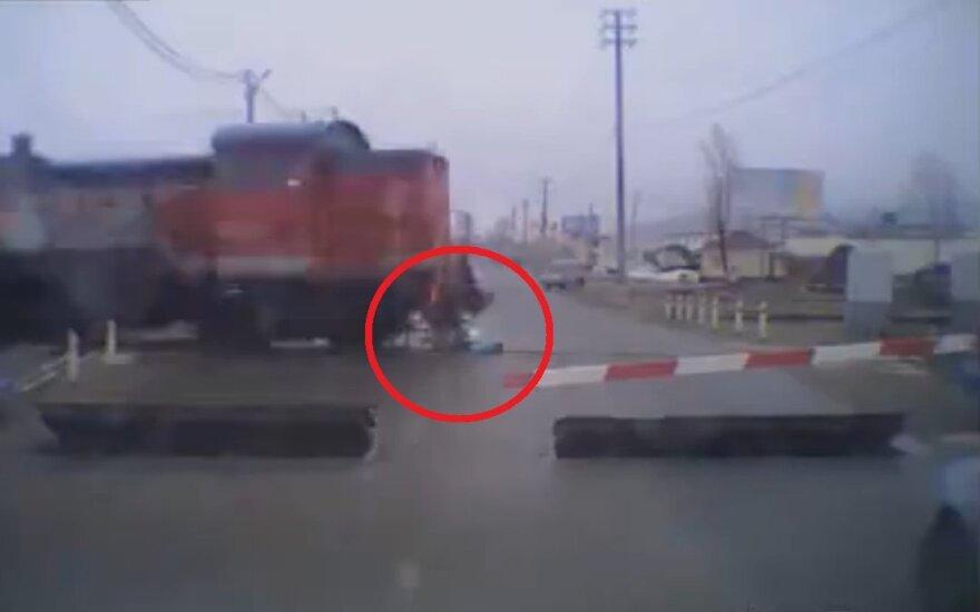 Pociąg potrącił dziewczynę