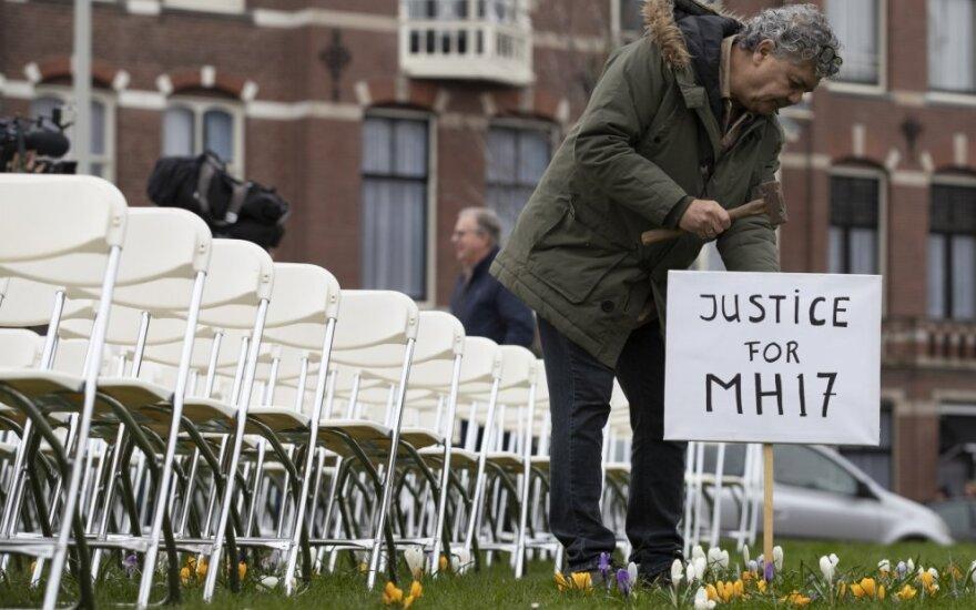 Prie Rusijos ambasados langų buvo išdėliotos 298 kėdės kiekvienai lėktuvu skridusiai aukai atminti