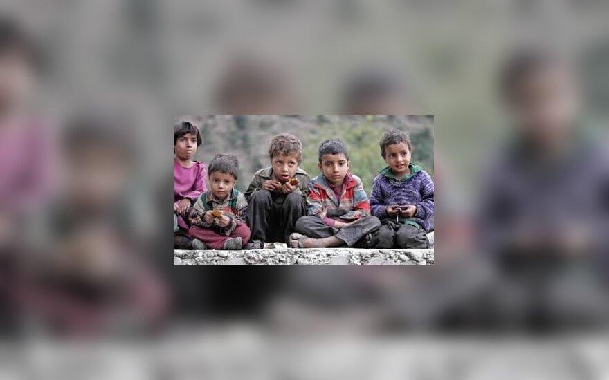Kašmyro vaikai po žemės drebėjimo stebi Indijos armijos sraigtasparnį.