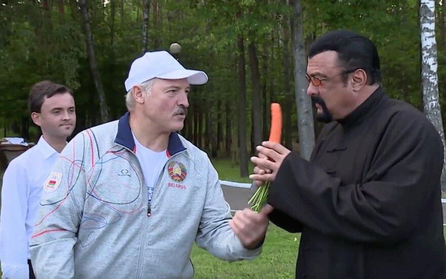 Лукашенко угостил Сигала морковкой и усадил за стол