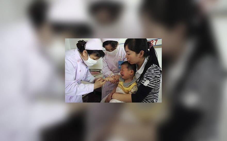 Medikai Kinijoje apžiūri berniuką