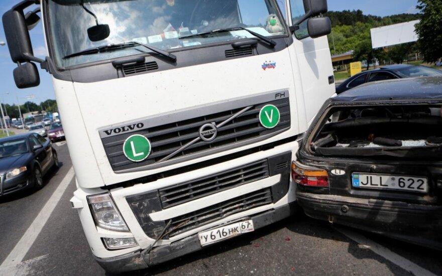 В Вильнюсе неуправляемый тягач врезался в ряд автомобилей