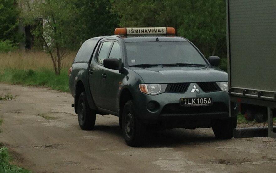 На дороге Вильнюс-Пабраде перевернулся военный внедорожник, один человек пострадал