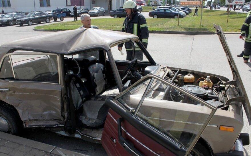 Авария в Кедайняй: пришлось вызволять зажатых в автомобиле людей