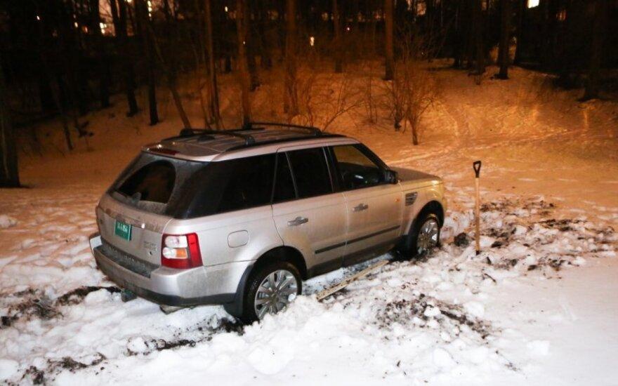 Водитель машины американского посольства бросил увязший в грязи автомобиль в парке
