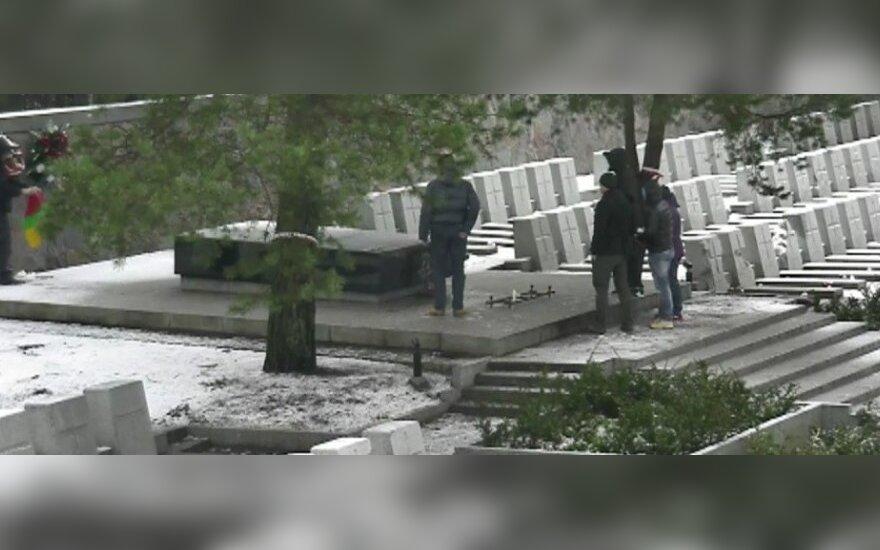 Чистившие флагом Литвы могилу Пилсудского поляки попали на видео