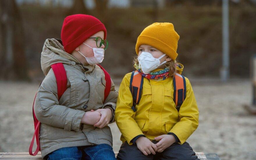Vaikai su medicininėmis kaukėmis