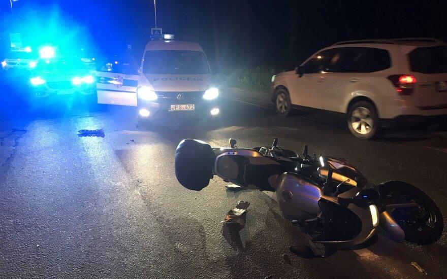 На окраине Вильнюса автомобиль Lexus столкнулся с мотоциклом