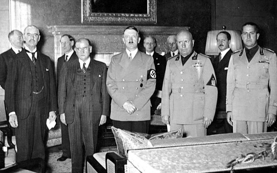 PasiraÅ¡ant Miuncheno sutartį. IÅ¡ kairÄs į deÅ¡inÄ N. Äemberlenas, E. DaladjÄ, A. Hitleris, B. Musolinis, G. Ciano. 1938 m. rugsÄjo 30 d., leidyklos âBriedisâ nuotr.