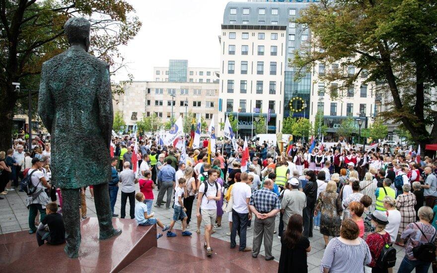 Около здания правительства Литвы – протест из-за планов размещения мигрантов в Девенишкес