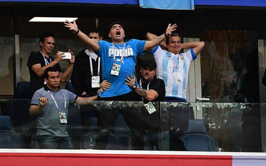 Apkvaitęs Diego Maradona šėlo tribūnose per Argentinos rinktinės rungtynes