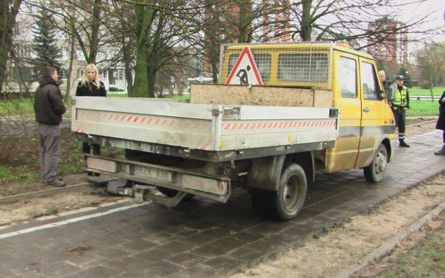 В Клайпеде грузовик ремонтников тащил за собой пешехода