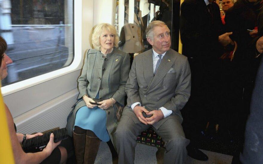 Princas Charlesas ir Camilla važiavo Londono metro
