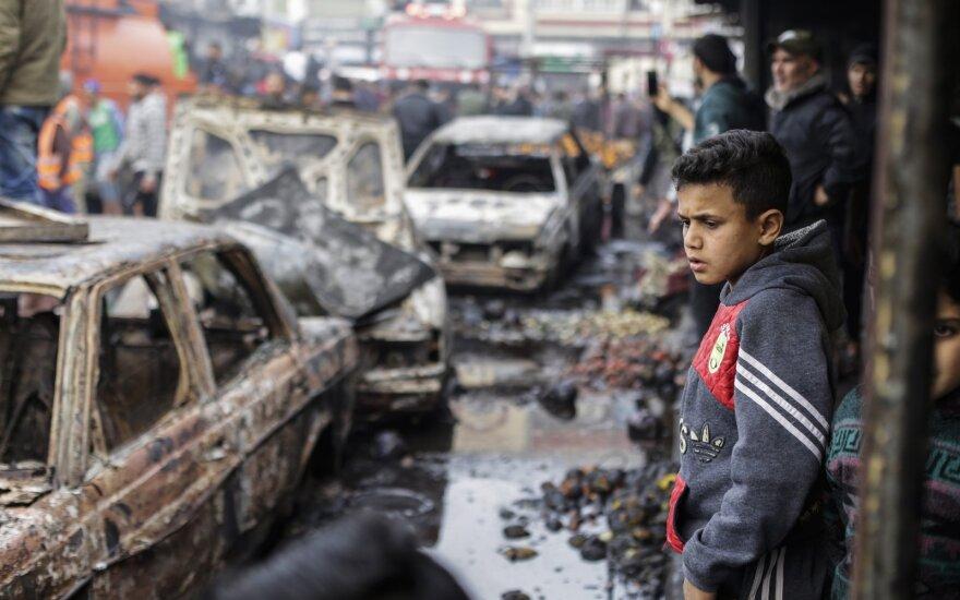 """2020 m. Kovo 5 d., Gazos miestas, Gazos Ruožas, Palestina: Palestinos gyventojai apžiūri gaisro vietą Nuseirato turguje, centrinėje Gazos ruožo dalyje. Dešimt žmonių mirė ir daugiau kaip 50 palestiniečių buvo sužeista sprogimui nuaidėjus """"Nusseirat"""" pabėgėlių stovykloje"""