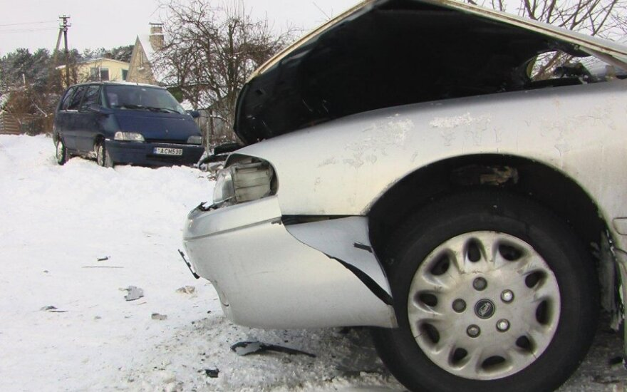 В Клайпедском районе водитель Renault врезался в Mazda и в забор