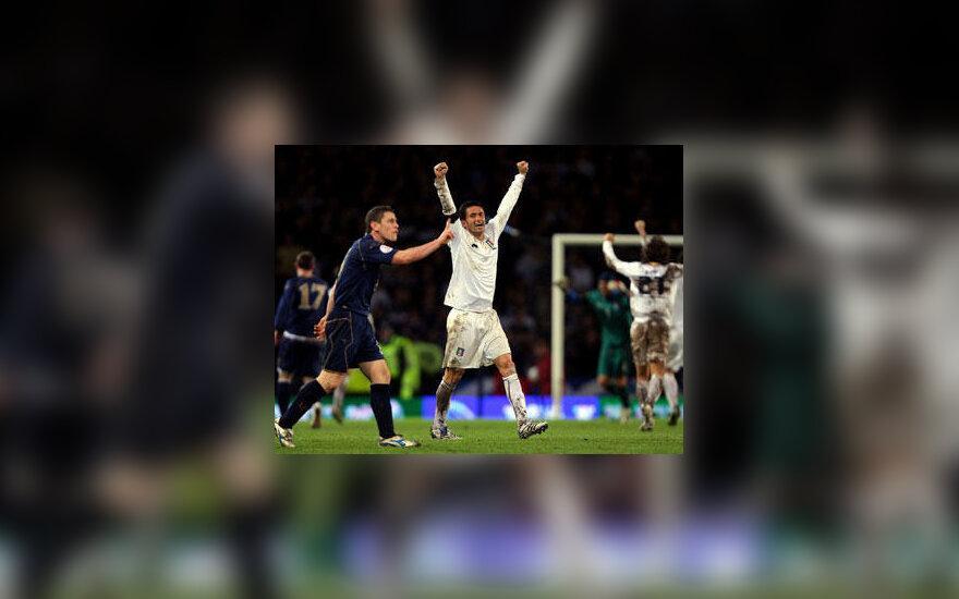 Italijos rinktinės futbolininkai švenčia, škotai protestuoja