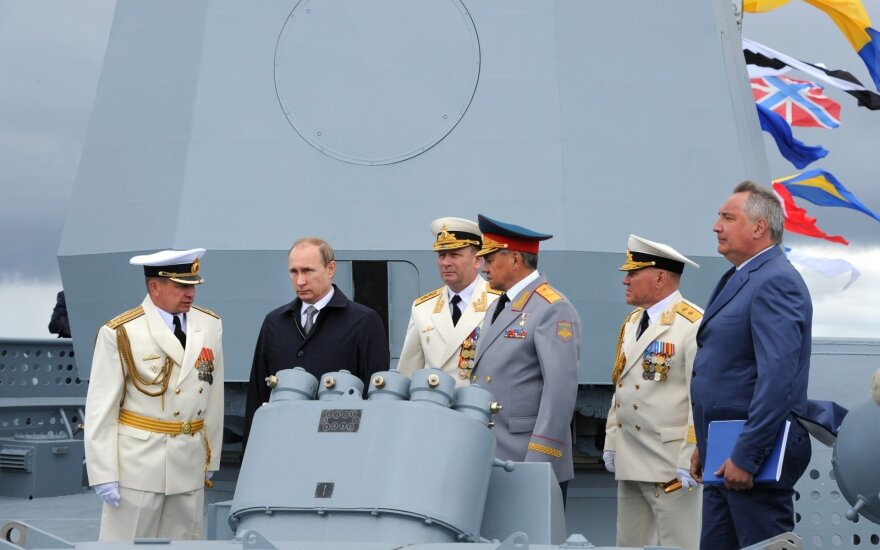 O. Gusevas, V. Putinas. Iš kairės: D. Rogozinas, V. Kravčukas, S. Šoigu, V. Chirkovas