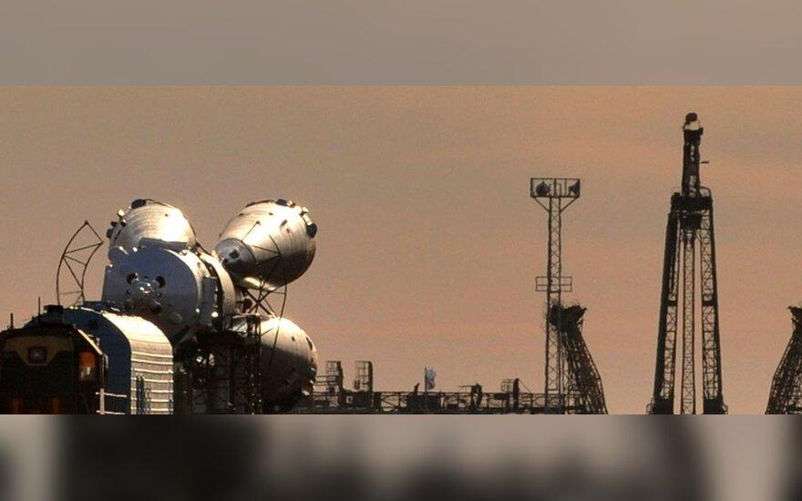 """Lokomotyvas į Baikonūro kosmodromą velka Rusijos erdvėlaivį """"Sojuz TMA-18""""."""