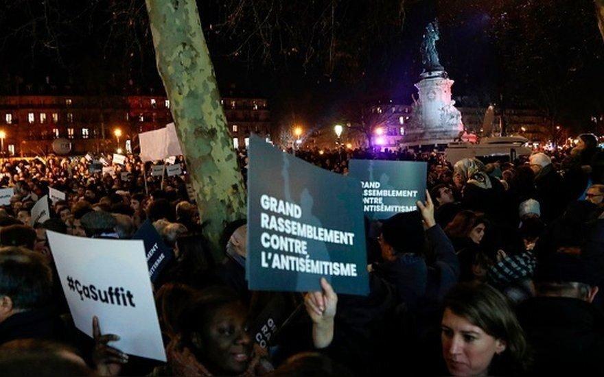 """Тысячи французов вышли на демонстрации под лозунгом """"Хватит!"""""""