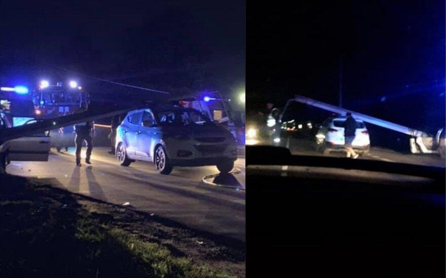 Погоня за водителем в Каунасе: беглец свернул на полицейский автомобиль столб