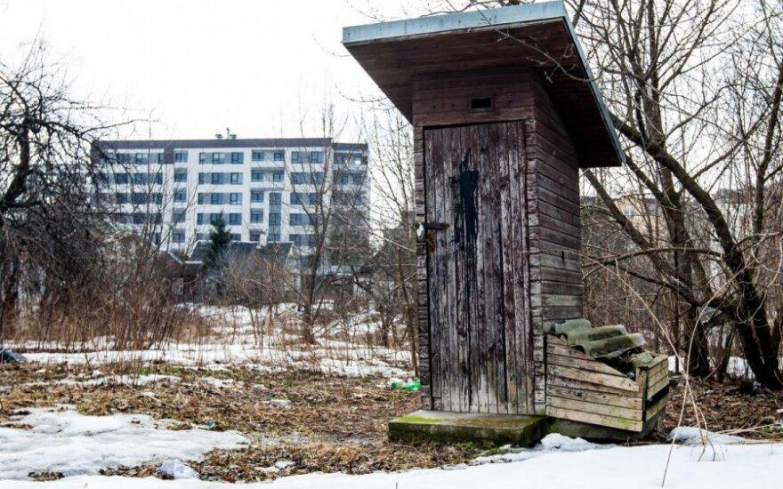 kių  lauko tualetų netrūksta nei kaime, nei mieste