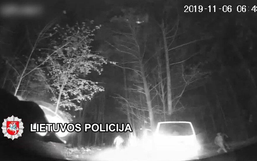 Полиция преследовала нарушителей: автомобиль беглецы бросили в лесу