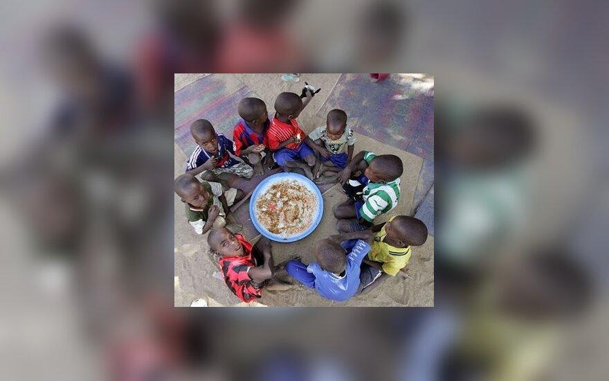 Našlaičių prieglaudoje Čade prie bendro dubens valgo tėvų netekę vaikai.