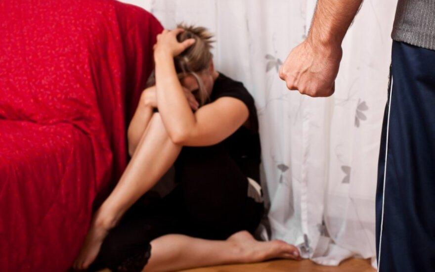 Мужчина сломал женщине нос и пытался изнасиловать