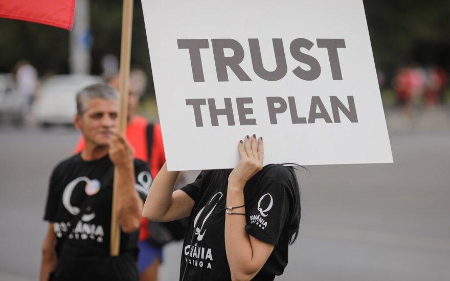 Bukareštas, Rumunija - Rugpjūčio 10, 2020: Žmonės rodo QAnon plakatus protesto metu