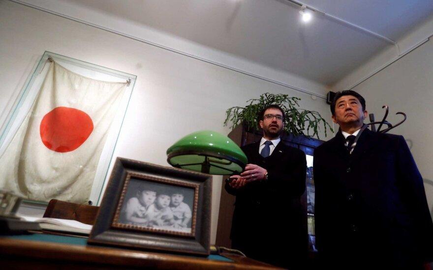 Синдзо Абэ в музее Тиунэ Сугихары в бывшем здании японского консульства в Каунасе
