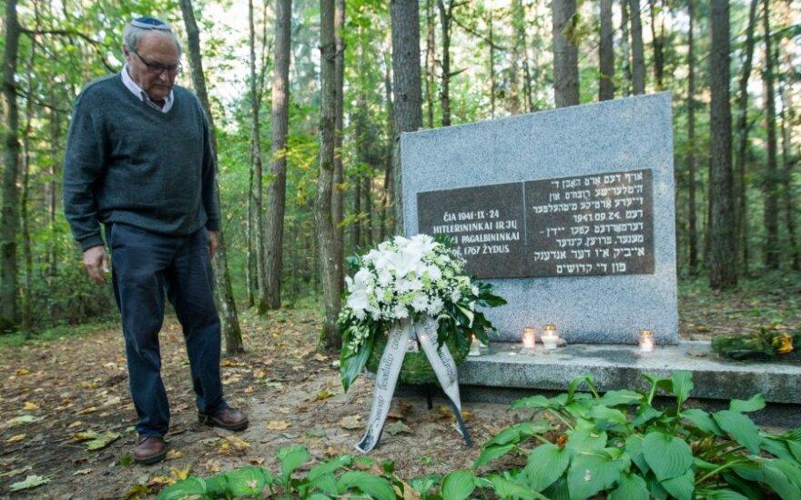 """В Науянеряй почтили память жертв Холокоста: """"Здесь лежат наши"""""""