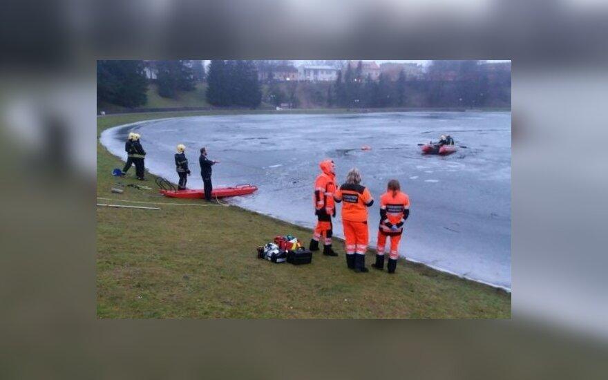 В Кедайняйском районе 2 человека провалились под лед, 1 из них погиб