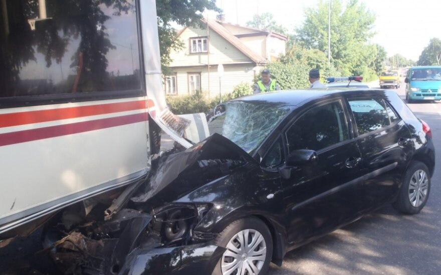 В Укмерге женщина врезалась в автобус, пострадала ее мать