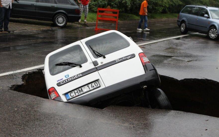 В Вильнюсе автомобиль провалился в образовавшуюся на дороге яму