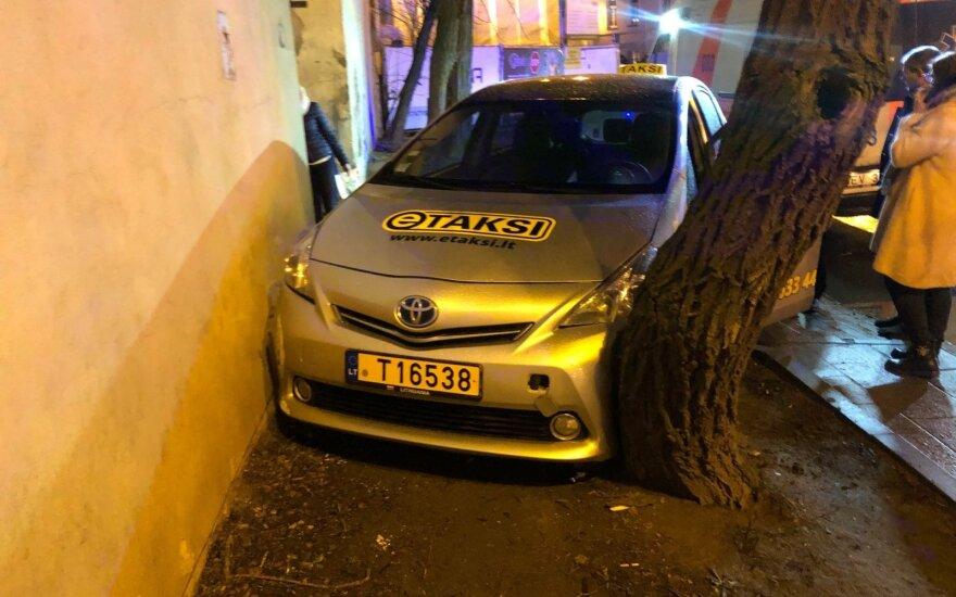 В Вильнюсе из-за проблем со здоровьем в ДТП попал водитель такси