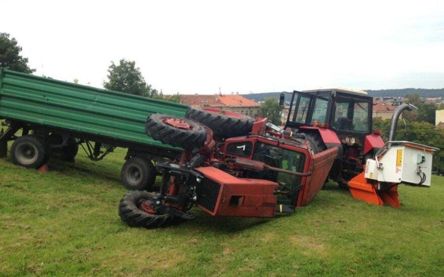 На горе Таурас перевернулся трактор