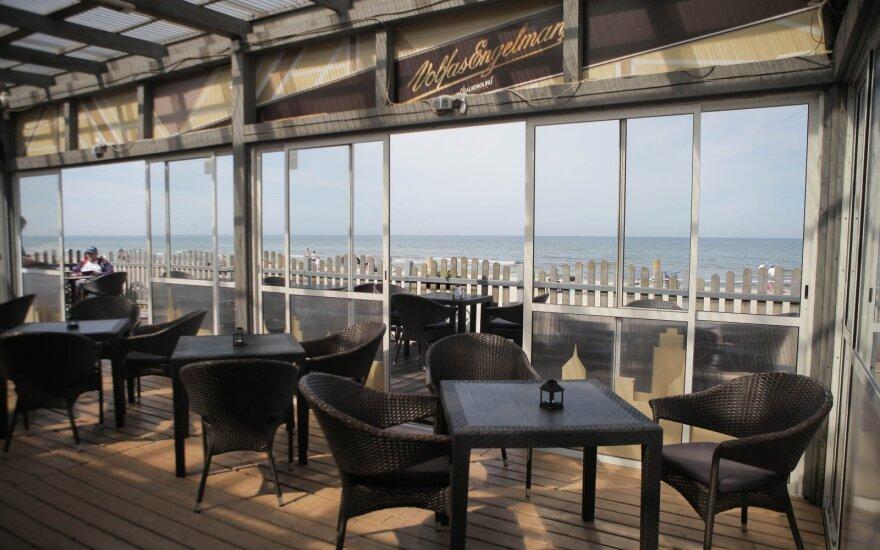 Хозяева пляжных кафе: стыдно перед иностранцами, люди смеются и приносят свою выпивку