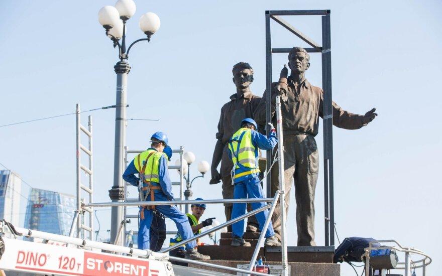 В Вильнюсе с Зеленого моста снимают советские скульптуры