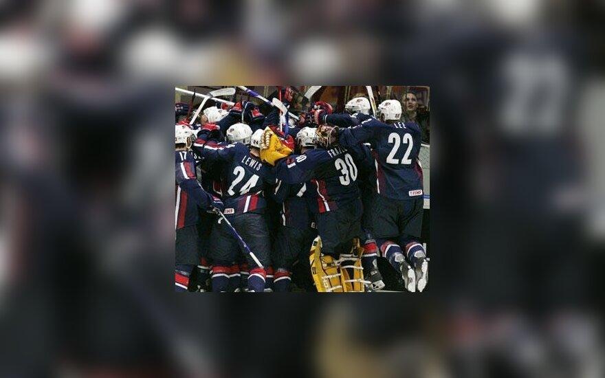 JAV jaunimo ledo ritulio rinktinė džiaugiasi pergale per pratęsimą prieš Švediją pasaulio čempionate, gruodžio 31, 2006.