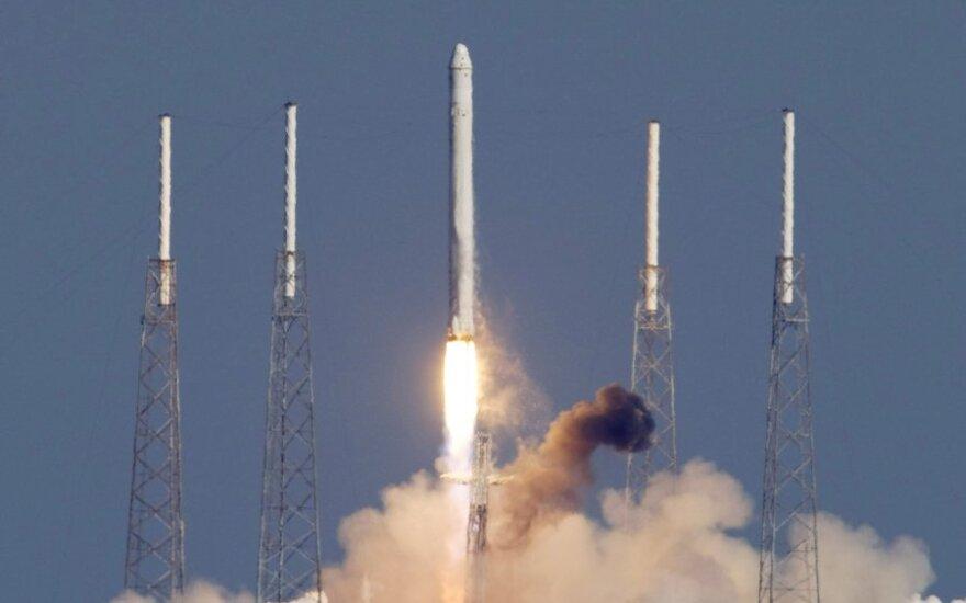 """""""Spacex"""" raketos """"Falcon 9"""" bandomasis pakilimas"""