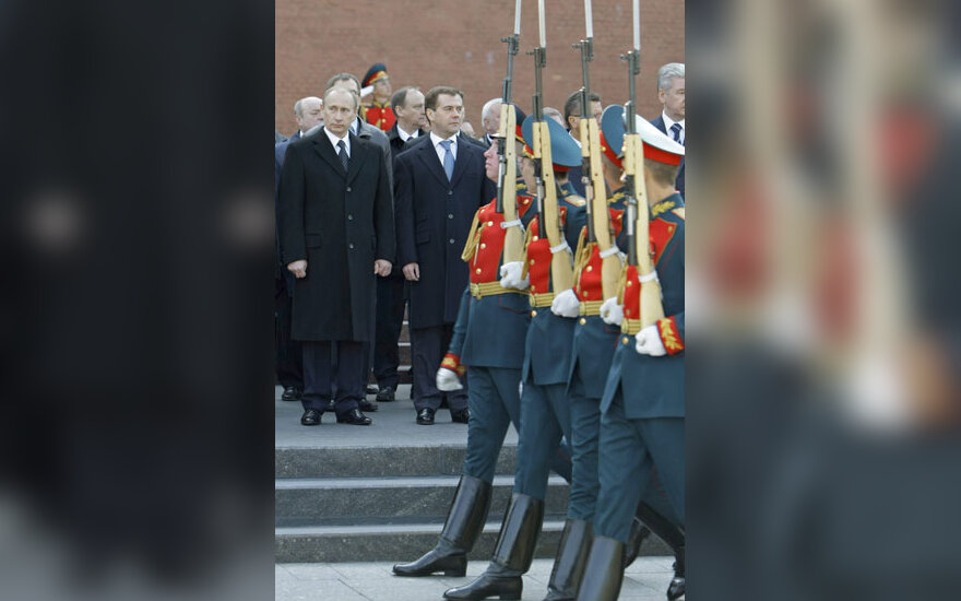 Rusijos Federacijos prezidentai Vladimiras Putinas (buvęs) ir Dmitrijus Medvedevas (esamas) per žuvusių karių pagerbimo ceremoniją