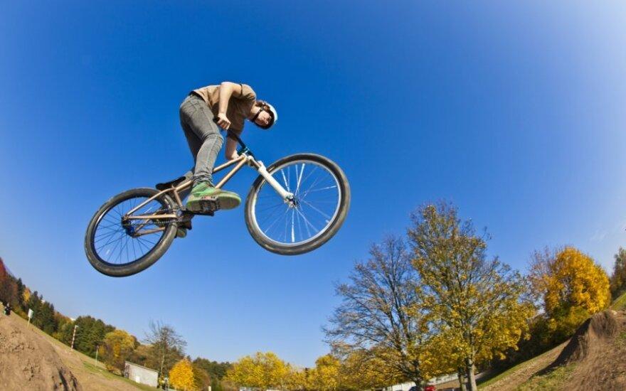 Велосипедист-экстремал во время трюка приземлился на забор как на кол