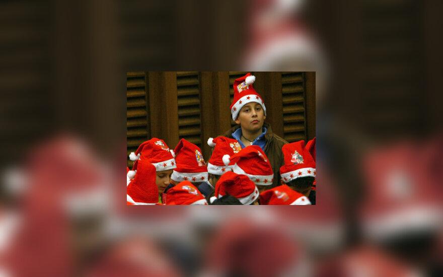 Vaikai su kalėdinėmis kepurėmis