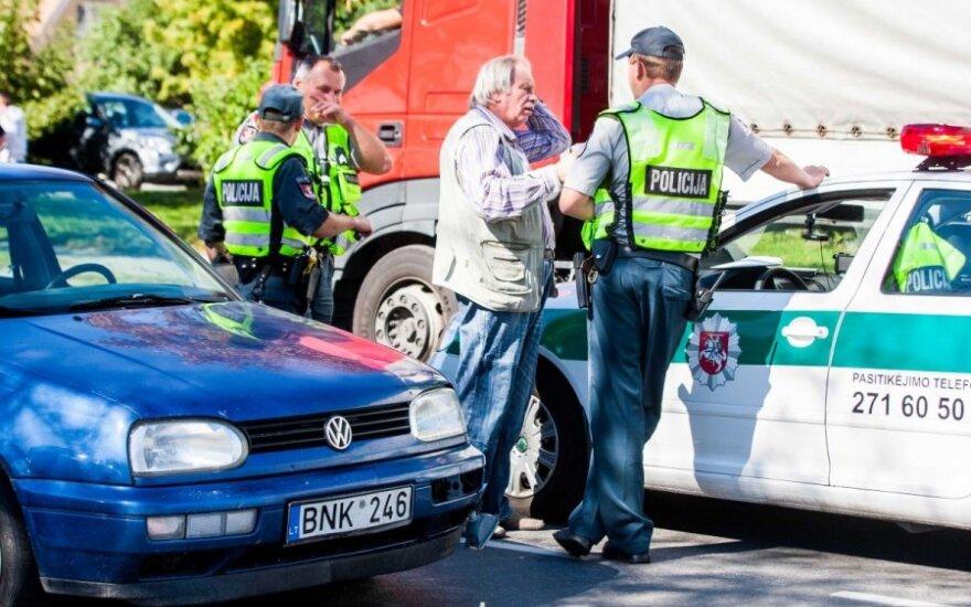 В столице мотоциклист врезался в стоявший VW Golf