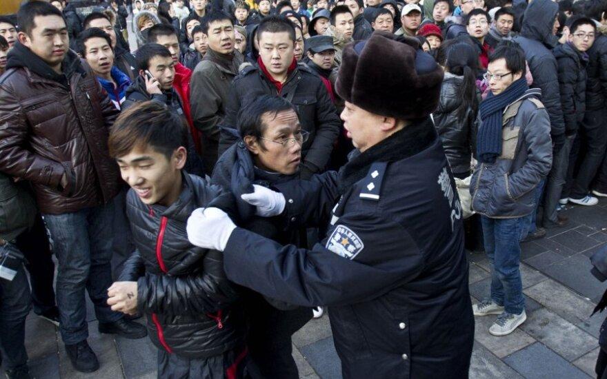 """Grūstis prie """"Apple"""" parduotuvės Kinijoje"""