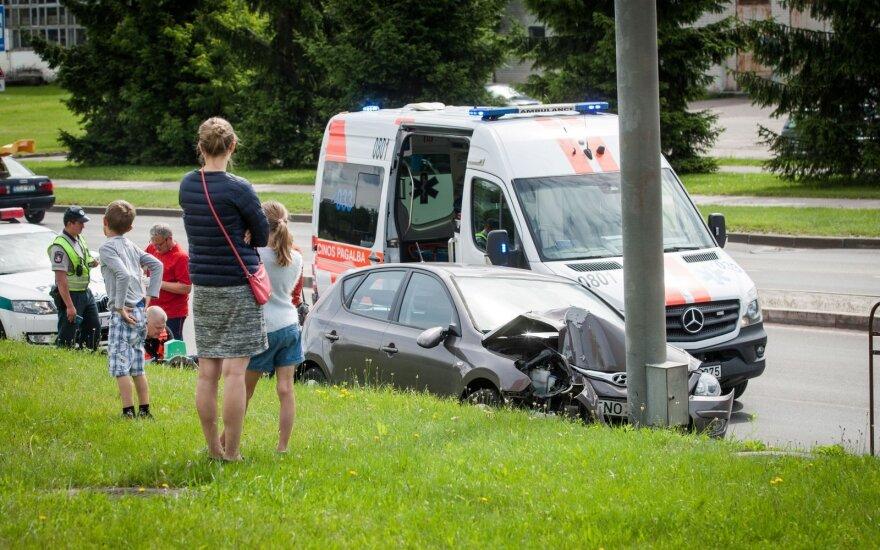 В Вильнюсе автомобиль врезался в столб, погибла водитель