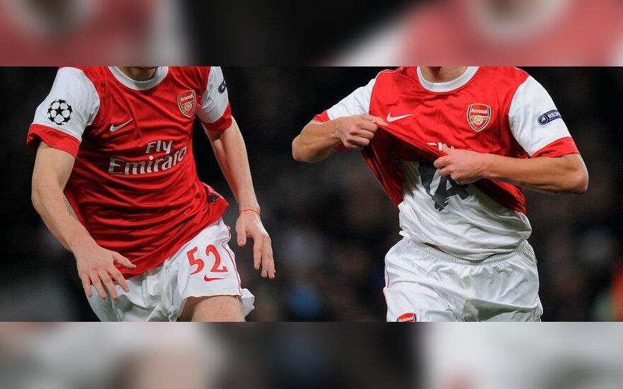 """Andrejus Aršavinas (dešinėje) ir Nicklas Bendtneris (""""Arsenal"""") džiaugiasi įvarčiu"""