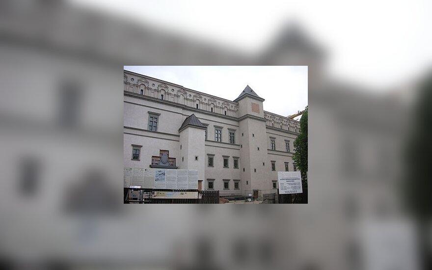Дворец правителей получил в дар 18 экспонатов
