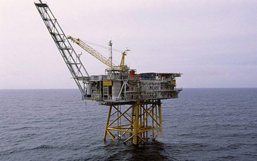 Skelbime siūloma naftos platforma su vaizdu į jūrą